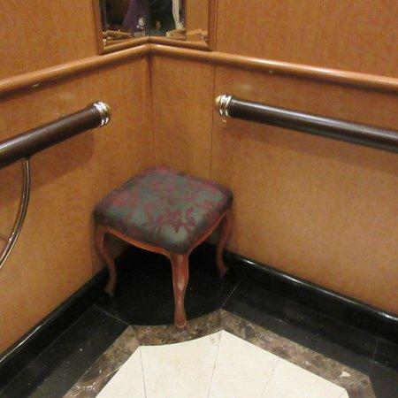 エレベーターの中に椅子があります。