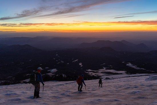 Rutas Australes : De regreso al campamento después de un día de trabajo durante el curso de progresión en glaciar y escalada en hielo