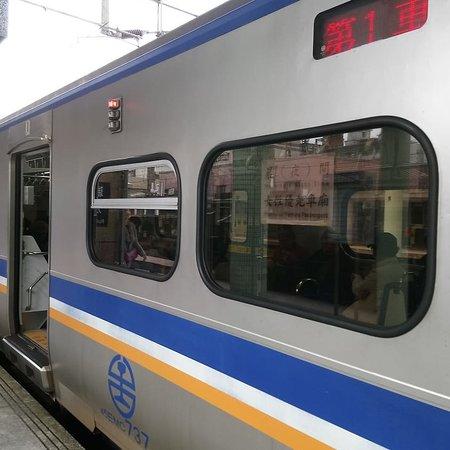 Taipei, Taïwan : 台湾九份 阿妹茶館のテラス席でお菓子付きのお茶を堪能。 帰りは九份老街から瑞芳駅までタクシーで、瑞芳駅から台北までローカル電車で帰りました。