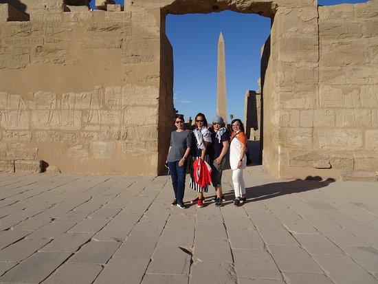 Karnak-Tempel: Us girls framed with the obelisk