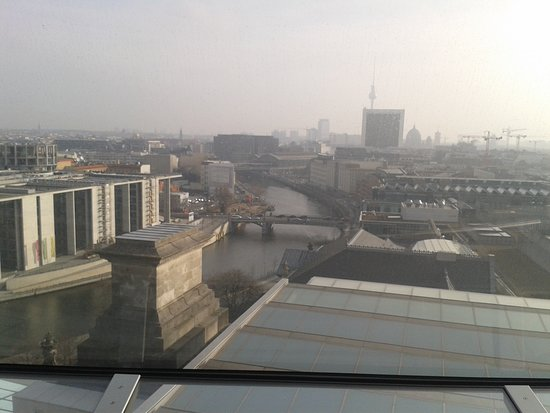Vista di Berlino dal Bundestag - sul fiume sprea in bella evidenza il ponte sulla Wilhemstrase e la stazione dei treni di Friedrichstrasse. In lontananza la torre della TV