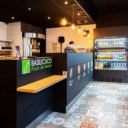 Basilic & Co Lille: Notre comptoir : garnissage, boisson, four…