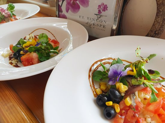 Ensalada de Flores.  Esta ensalada es diferente a la de ayer pep con un elemento en común, la Flor.  Y es que mañana empezamos la Primavera y nos encantan las ensaladas,  las flores y nuestros productos, como el que hemos utilizado en este plato: el Queso Manchego.