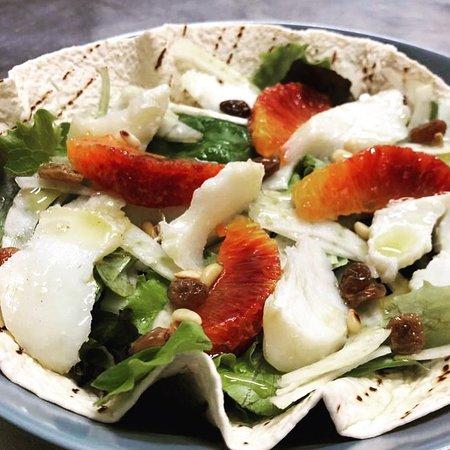 Insalata🥬, Baccalà🐟 al Vapore, Arancia 🍊, Pinoli...e Uva 🍇 Passa su Tortillas 🥙! #simbiosi #vasto #viacavour13 #simbiosivasto #lenostreinsalate #baccalà #tortillas #nonsolopanini #novità #fish #food #foodporn #eccellenze