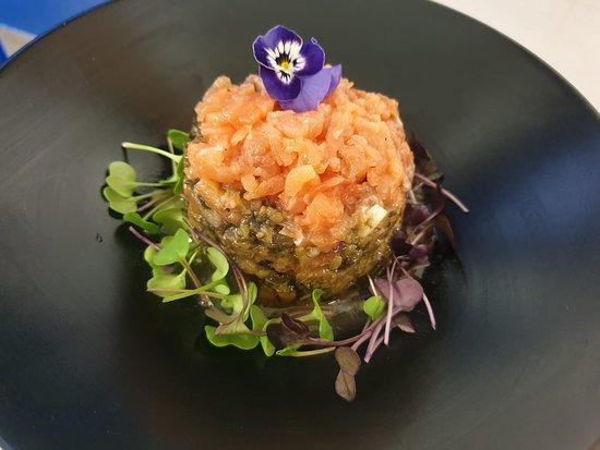 Tartar de algas y salmón