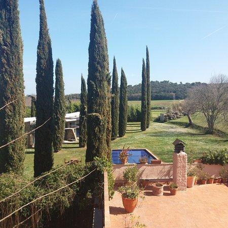 Monells, Spain: Terraza de la habitación 8 ojo la piscina es del hotel situado al lado de la fonda