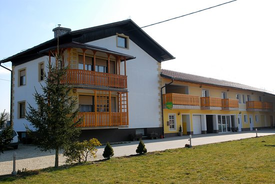 ‪‪Banovci‬, سلوفينيا: Rooms and appartments just 150 m away from Thermal Spa Banovci. Cheap and comfortable. Tv, WiFi, breakfast with honey pancakes and much more. After the breakfast we can arrange a trip to the bee buss, where we can show you the bees and explain about apitherapy. Welcome!‬