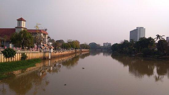 河面上有多座橋樑