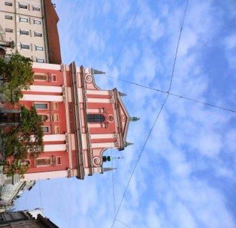 Franciscan Church (Frančiškanska cerkev): ピンク色のファサードが印象的なフランシスコ教会