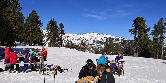 Formigueres, France: Tables et transats pour manger en haut des pistes.