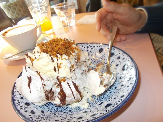 Windsor and Maidenhead, UK: chocolate pavlova