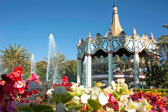 Santa Clara, Californie : The iconic double-decker carousel is the tallest of its kind in the world.
