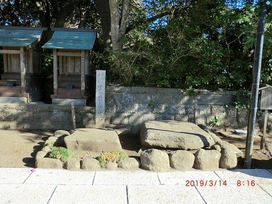 ฮิตาชินากะ , ญี่ปุ่น: 平らな石が二つありました、どちらの石に腰掛けたのか分かりません。石柱には水戸斉昭公お腰かけの石」と書かれています。