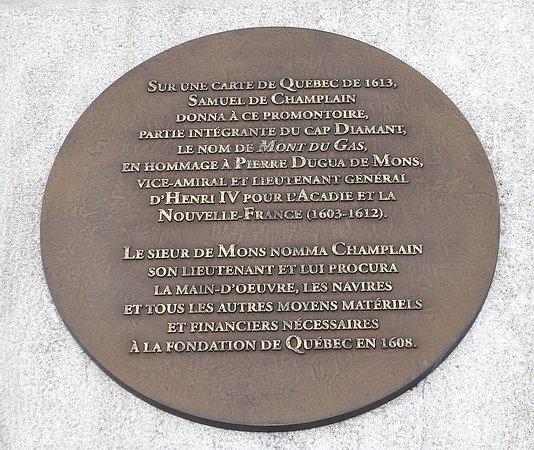 Plaque du monument dédié à Pierre-Dugua-De-Mons sur la Terrasse Pierre-Dugua-De-Mons