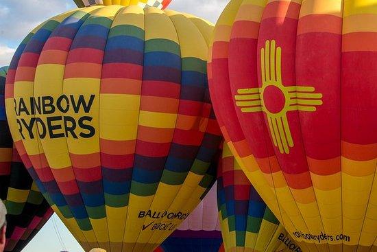 阿尔伯克基热气球在日落时骑