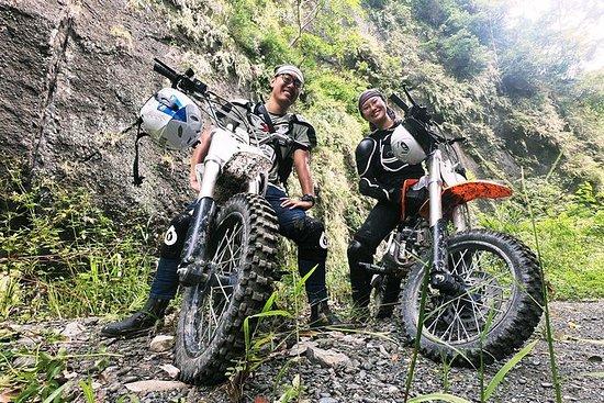 花蓮秘密峽谷摩托車和溪流追踪