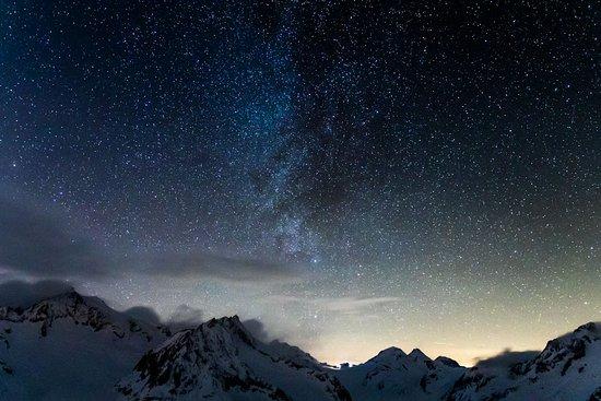 Bettmeralp, Schweiz: Sternenhimmel über dem Aletsch-Gletscher  (Eggishorn) in der Schweiz. Vor einem Jahr durfte ich dort eine ganze Nacht verbringen, dem Sonnenuntergang und Sonnenaufgang zuschauen und an einem Fotografieworkshop beim bekannten Schweizer Fotografen Markus Eichenberger (Chasing Stars) teilnehmen - mitten unter den Sternen.  Ein Wahnsinns-Erlebnis. Markus bietet solche Workshops übrigens regelmäßig an.