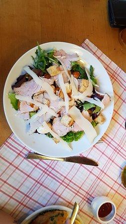 Salat Cesar Style. Reicht als Mittagessen vollkommen.