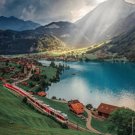 Svájc: What's with Switzerland and the train journey's? They just don't look real!   Only way to figure out is to take a trip. 😎