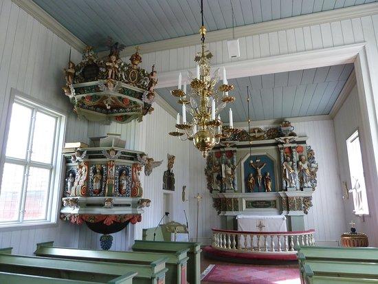 Predikstolen och altaret i Tutaryds Kyrka utanför Ljungby