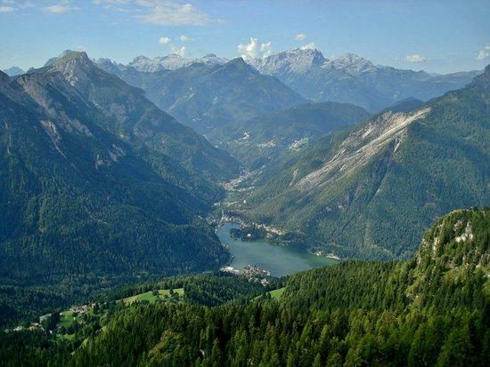 Selva di Cadore, Italia: Vista sul Lago di Alleghe e la Val Cordevole