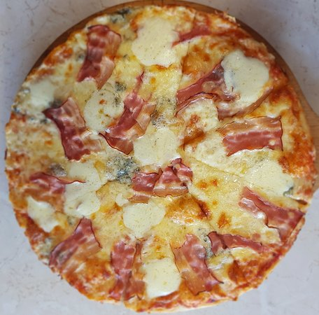 Pizza Cinque Formaggi with Bacon Topping