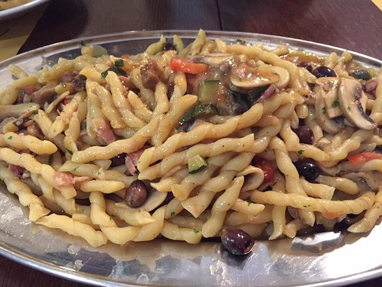 Salvaterra, Włochy: Fusilli alla Contadina (fusilli,cipolla, pancetta, pomodori datterini, zucchine, melanzane, funghi champignon, olive taggiasche, origano, pecorino)