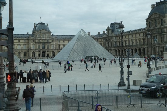 Foxity Bus Tours : Louvre & glass pyramid
