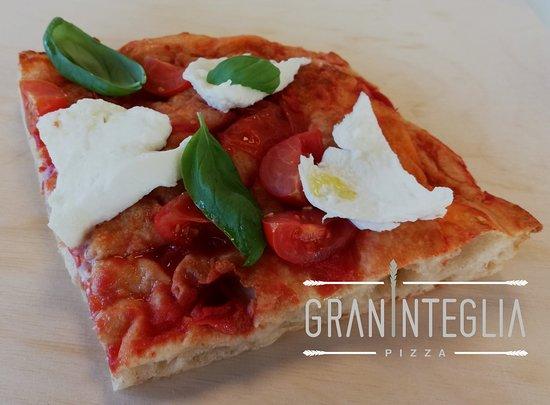 Graninteglia : Quest'oggi pubblichiamo la foto di una pizza evergreen: pomodoro, pomodorini freschi, bufala e basilico. Leggera e sempre gustosa!