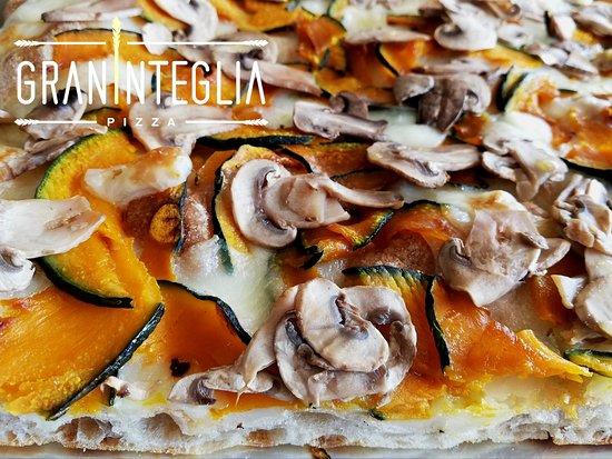 Graninteglia : Questo è uno dei nostri cavalli di battaglia: pizza zucca, funghi e taleggio. La zucca, tagliata finissima non viene sbucciata e, cotta al forno, mantiene tutto il suo sapore . Il contrasto tra la dolcezza della zucca e il gusto deciso del taleggio è gradevolissimo e i funghi coronano il tutto chiudendo il terzetto perfetto.