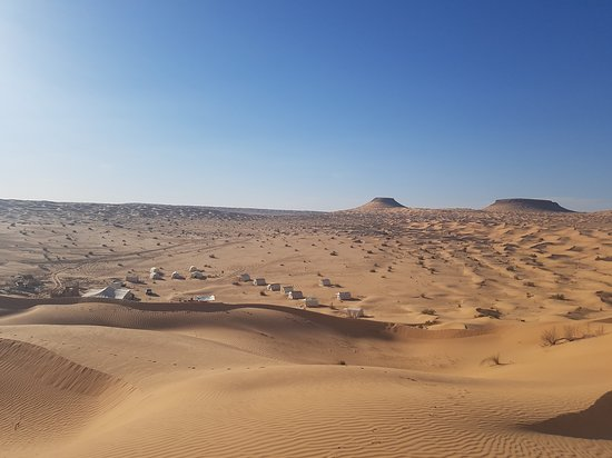 Durante a noite Tunísia Sahara Desert Safari por 4x4 de Douz: camp from top dunes