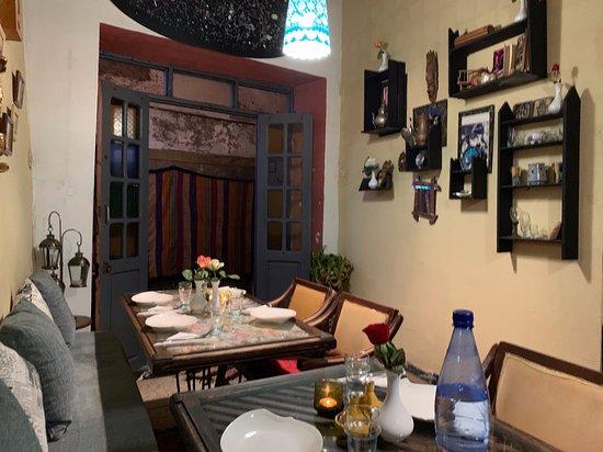 Le Dauphin: salle de restaurant petite mais cosy et bien décorée