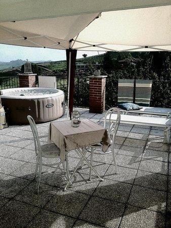 Neviglie, Taliansko: Terrazza privata con idromassaggio