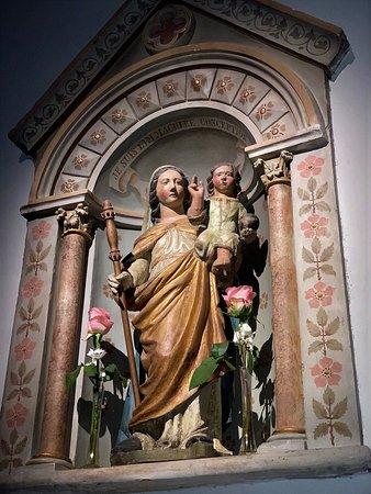 Un chœur roman vraiment joli pour une petite église en superbe état Une église qui fut reconstruite en partie au 19ème siècle tout en préservant le chœur roman, fort bien mis en valeur par des éclairages et l'ameublement. De très jolies choses sont à découvrir, vitraux, statues, traces de peintures anciennes dans le chœur, et les corbeaux sculptés de l'abside.