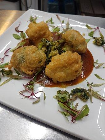 Abernyte, UK: Vegan menu - cauliflower and broccoli fritters