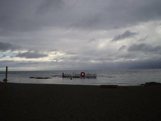 Llanquihue, Chile: vista de la playa con el nombre del lago en el agua