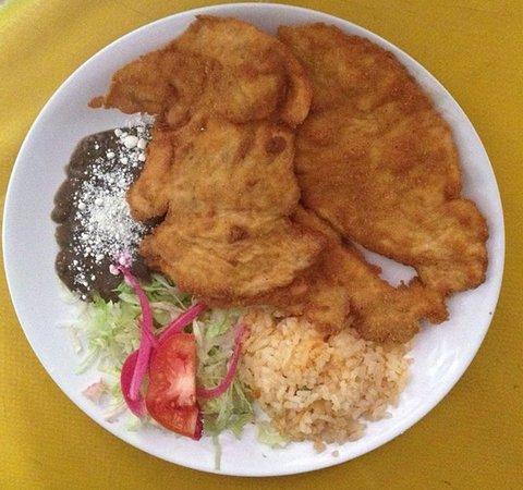Restaurant la Teja : pechuga empanizada  con frijoles, ensalada y arroz tortillas