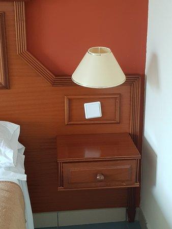 """Aucune prise à la tête de lit, interrupteur """"baladeur"""""""