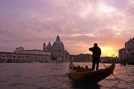 威尼斯贡多拉乘坐和小夜曲晚餐