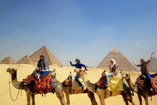 キャメルライディングでギザのピラミッドへのガイド付き半日旅行