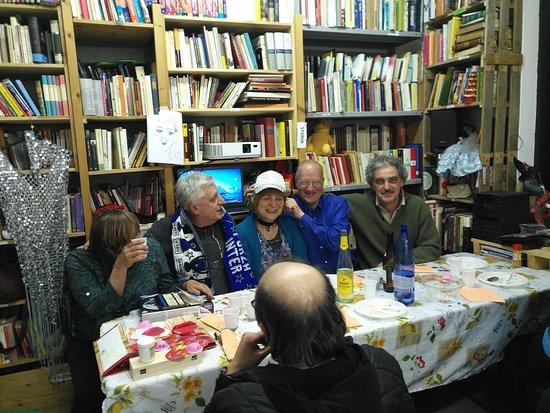 Piacenza, Italie : E' un posto in qui trovi persone semplici e umane. E' una bibloteca del comune in qui porti o vai prendere libri gratis. ❤☀