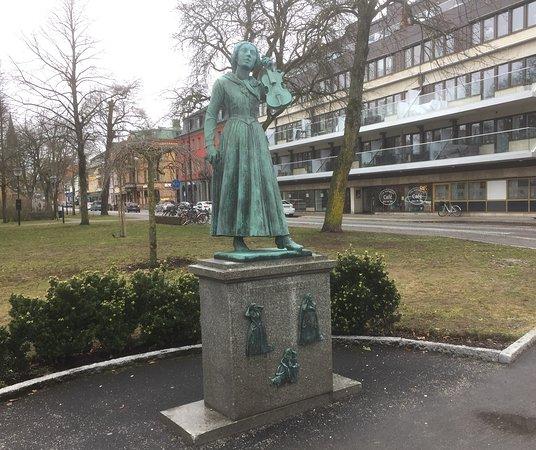 Statyn på Kristina Nilsson i Järnvägsparken i Ljungby