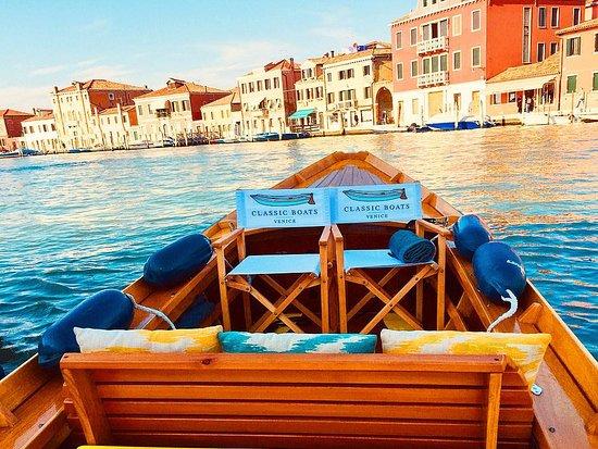 Venedik, İtalya: Classic Boats Venice предлагает уникальную возможность сполна насладиться венецианской лагуной, её красотой и очарованием.   Classic Boats Venice предоставляет два вида суден.  Первый - Bareboat charter - предполагает аренду судна без экипажа, управление которым не требует определённых навыков и водительских прав. Лодки Venice Bareboat Charters дают по-настоящему новую перспективу исследования великолепия Венеции. 👆🏻 #murano #electricboat #cbv #classicboatsvenice