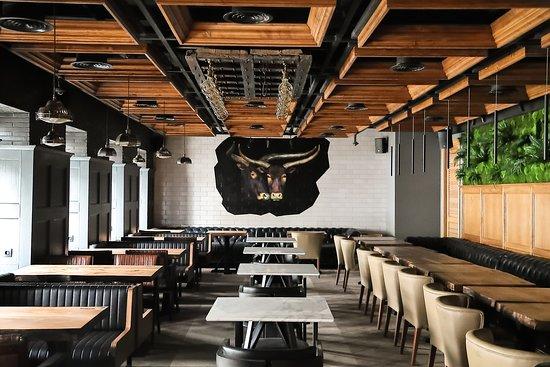 Ottoman Steak House & Kebab: Чтобы сохранить аутентичность во всем, был выбран турецкий дизайнер: Хасан Аккуш и команда профессионалов H2 Hydrogen İnterior Architect создали комфортное пространство с множеством ярких элементов.