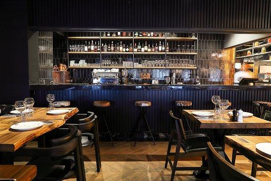 Ottoman Steak House & Kebab: В залах ресторана много света, авторских аксессуаров и современных деталей. Одна из особенностей ресторана – открытая кухня. Так приготовление каждого блюда превращается в кулинарное шоу, где гости могут, находясь за столом, наблюдать виртуозную работу повара с мясом и открытым огнем.