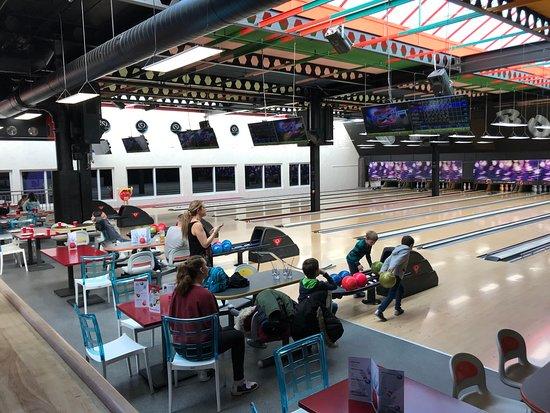 Dans l'après midi, le Bowling offre un loisir familial et convivial aux petits et aux grand, dans un bel espace lumineux.