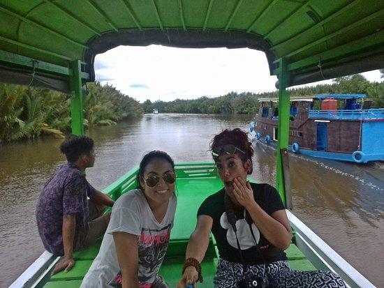 Toris Orangutan tour, tour por borneo en barca, orangutanes en libertad. Vacaciones en la selva de borneo, paseo en barca en