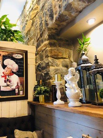 Милый отель ,рекомендую на все 100% ,все очень красиво ,много милых мелочей,красивый интерьер ,приветливый персонал,вкусно  готовят,цены очень приемлемые!!! Приятно очень, что у нас все таки есть сервис!!!!