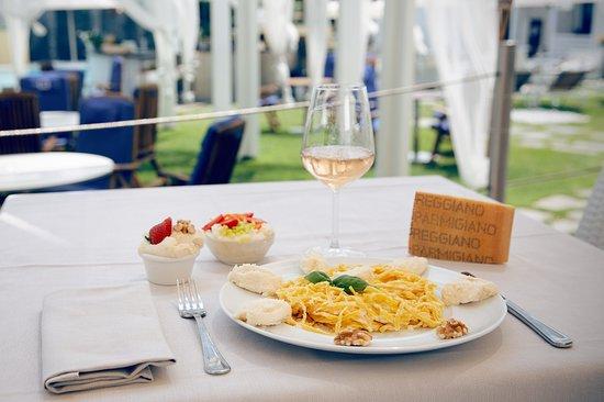 Nel periodo estivo è possibile pranzare e cenare nella nostra terrazza, in una incantevole cornice.