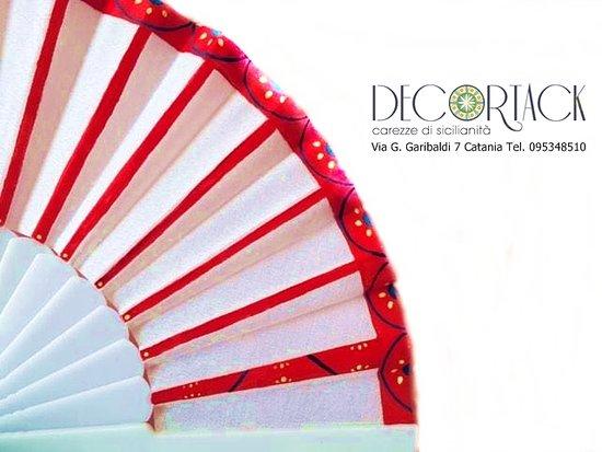 Katanya, İtalya: particolare ventaglio Decortack con ruota carretto siciliano dipinta a mano